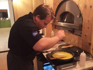 רמי קונסטנטינובסקי מבשל ומספר סיפור