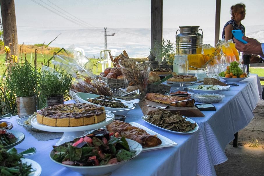 """ארוחת שבועות של השף עודד שוורתברג בכרם רמת סירין, צילום יח""""צ"""