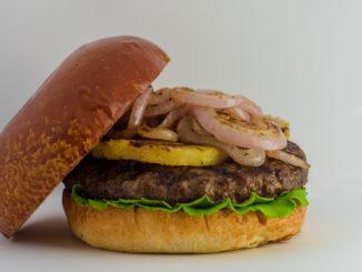 מנת חודש תשרי - המבורגר עם אננס, רוטב ברביקיו ודבש, צילום: תום צדקה