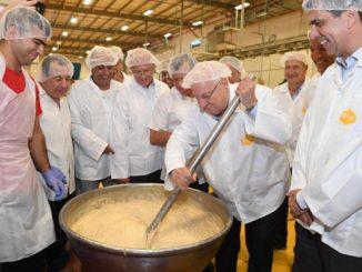 """נשיא המדינה ראובן ריבלין במפעל הטחינה אחוה, צילום: מארק ניימן לע""""מ"""