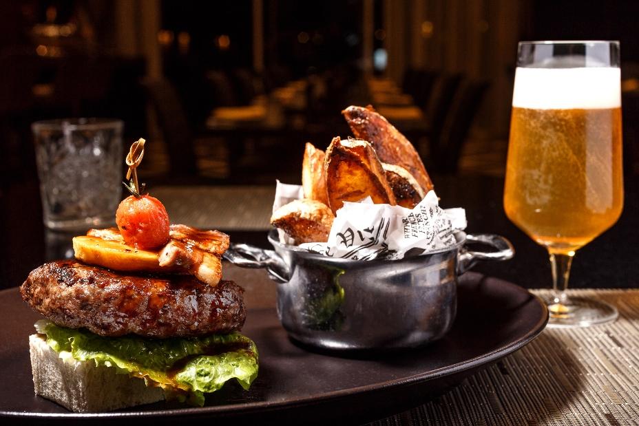 המבורגר שיכור ומעושן - בשר בקר תפוח ביין לבן ברוטב מעושן