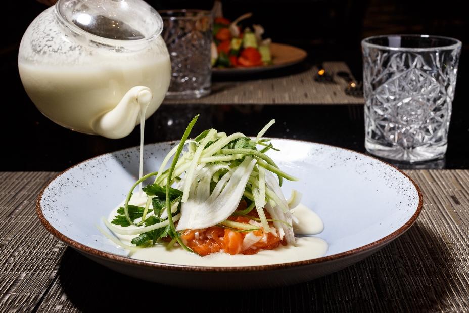 טרטר סלמון - סלמון קצוץ עם ירקות טריים וחלב שומר. צילום: דני גולן