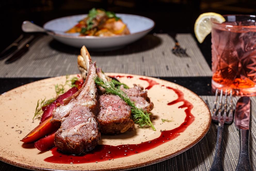 צלעות טלה וגזרים מקורמלים ביין במסעדת לג'נד. צילום: דני גולן