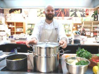 פתיחת חגיגות הקולינריה הצרפתית ברשת לגעת באוכל. שף גיום איסקנדר מדגים הכנת מנות מהמטבח הצרפתי צילום: יוני רייף