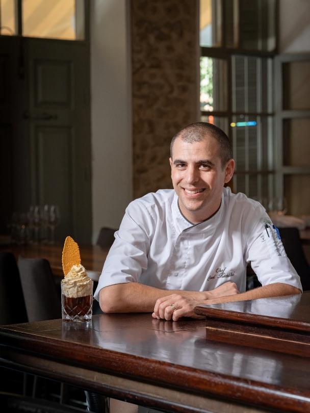 השף אוראל קמחי והקוקטייל שיוגש במסעדת פופינה. צילום: אנטולי מיכאלו