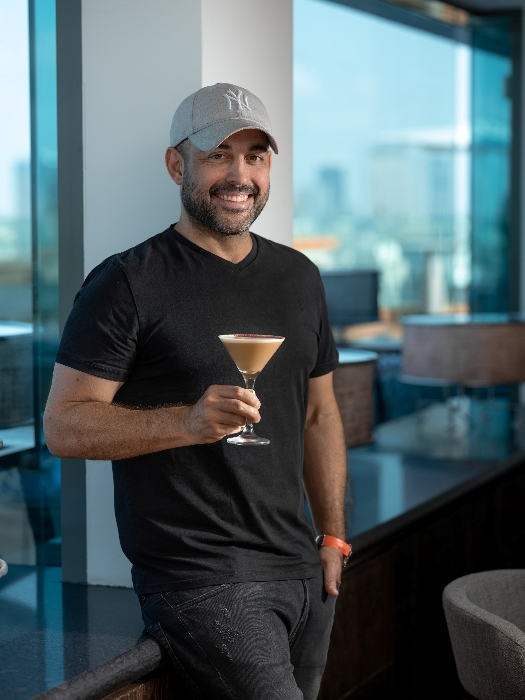 השף מאיר אדוני עם הקוקטייל שיוגש במסעדת בלו סקיי. צילום: אנטולי מיכאלו