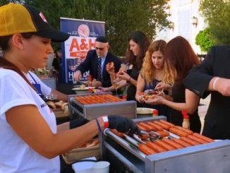 """דוכן הנקניקיות של A&H בחגיגת העצמאות האמריקאית. צילום יח""""צ"""
