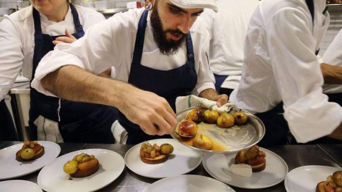 תלמידי סקול יארד דנון מבשלים אוכל שאמי. צילום: ארכיון בית הספר דנון