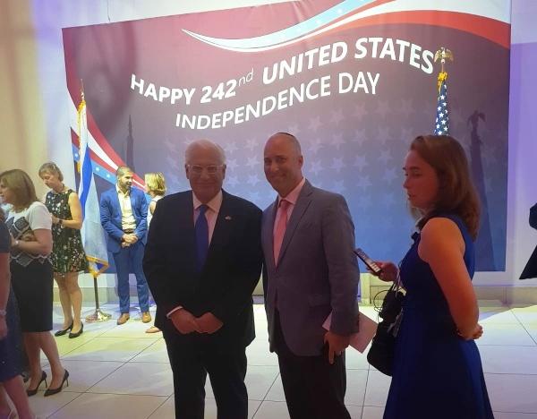 """סת' לויט מנכ""""ל A&H לצד שגריר ארה""""ב בישראל דיויד פרידמן"""