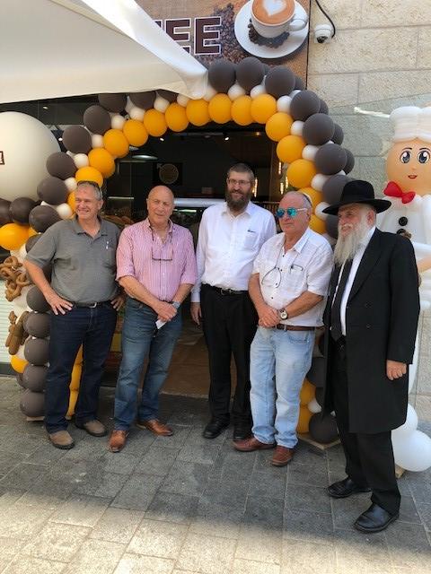 משמאל: יהלי עתיר, ראובן גרינבאום מנהל חנויות ברמן, הזכיין חיים פרידמן, יצחק ברמן, הרב דביר אריה