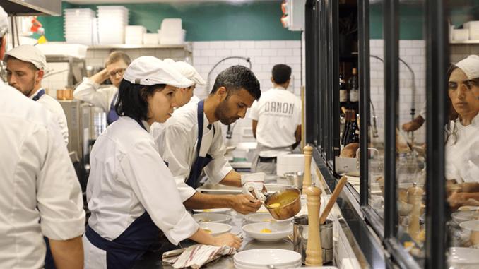 תלמידים מבשלים בסקוליארד של דנון. צילומים: דניה ויינר