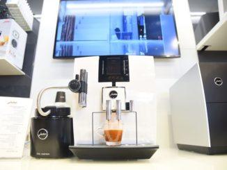 חלק מעיצוב הבית. מכונת קפה בתצוגה בגולף אנד קו
