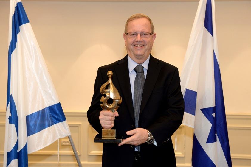 """אבי זינגר, בעלים ומנכ""""ל של חב' בן & ג'ריס ישראל , מקבל את הפרס. צילום: מורג ביטון"""