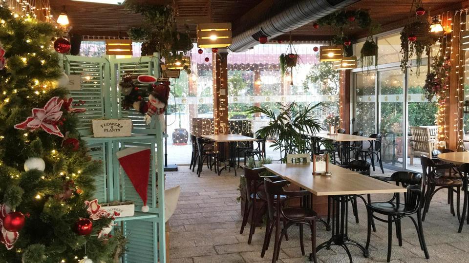 מסעדת לוקנדה מקושטת לכריסמס. צילום: אליאס מטר