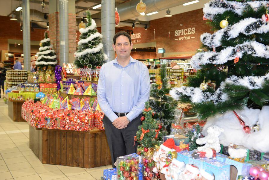 """עדי כהן מנכ""""ל קבוצת טיב טעם בין מוצרי החג. צילום: אלעד גוטמן"""