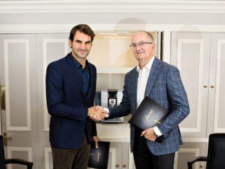 """עמנואל פרובסט, מנכ""""ל חברת JURA עם הפרזנטור, הטניסאי רוג'ר פדרר. התמונה צולמה ב-2015, במעמד החתימה על הסכם הארכת הייצוג של פדרר עד לשנת 2020. צילום: יח''צ"""