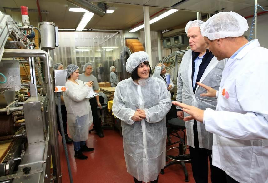 """ד""""ר עליזה בלוך בביקור במפעל גילרו. צילום: יששכר ראוס"""