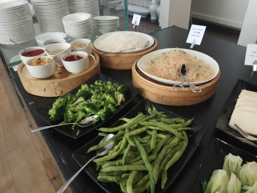 מגוון ירקות ורטבים. הפינה הסינית בארוחת הבוקר של מלון ממילא צילום: אסף רותם