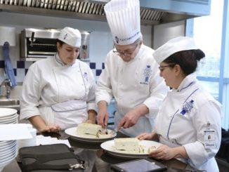 השף Christian Moine מדריך תלמידים ברזי המטבח הצרפתי. צילום: ©Le Cordon Bleu International 2019