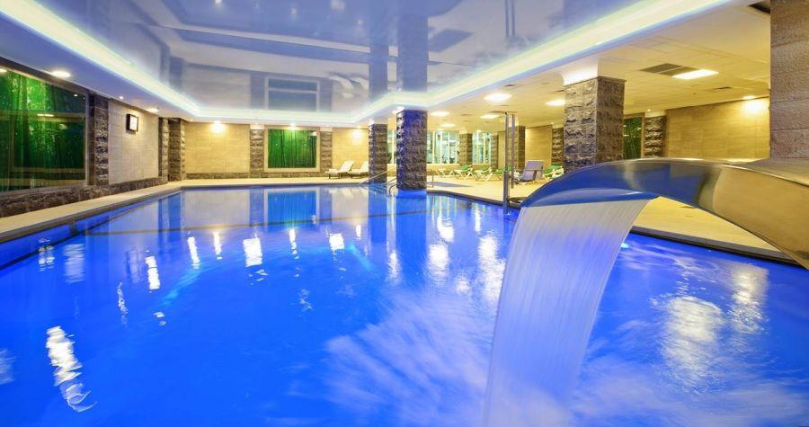 הבריכה במלון קיסר פרמייר טבריה