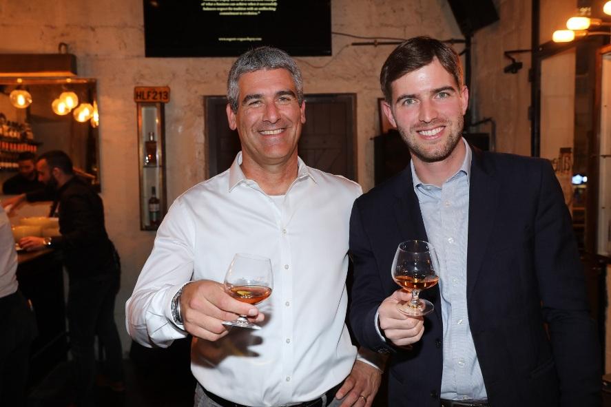 """משמאל: נדב ארנס ארד מנכ""""ל יקבי כרמל, ובנג'מין בייקר מנהל הייצוא של מזקקת בך-גבריאלסן בהשקה. צילום: רפי דלויה"""