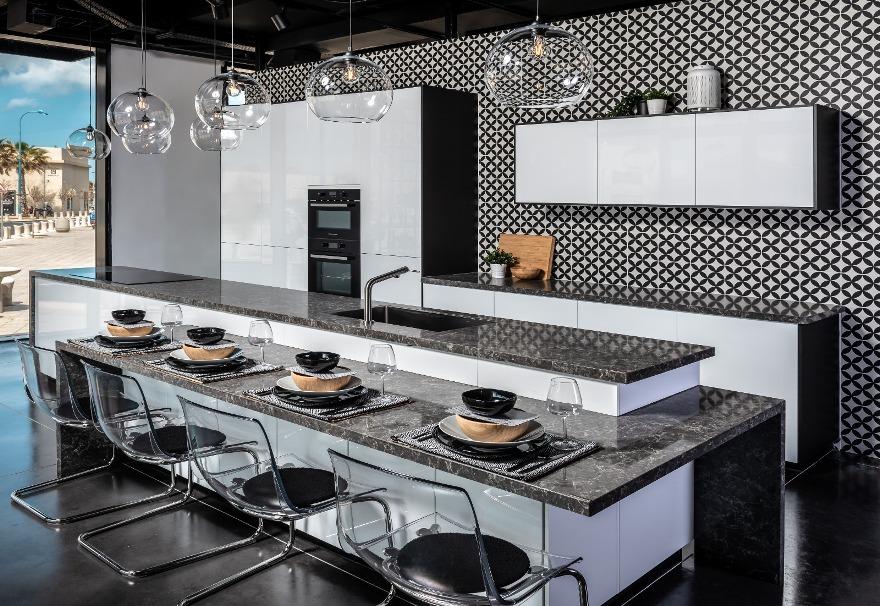 מטבחים במגוון סגנונות עיצוב בחנות איקאה. צילום: שי אפגין