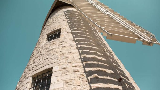 """מרכז הטעימות החדש של יקב ירושלים נפתח בטחנת הרוח מונטפיורי. צילום: יח""""צ"""