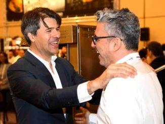 """מימין: אייל יקר, מנכ''ל קירוסקאי פלבם, וארמנדו פויאטי מנכ''ל חברת המטבחים Marrone. צילום: יח""""צ"""