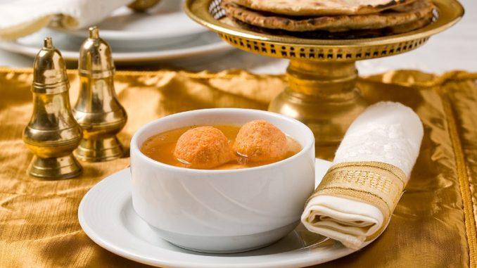 מרק עם קניידלק צ'יקן טיקה בארוחת הסדר בטנדורי