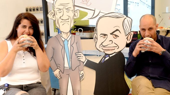 פז דותן מפלאפון ואסף אמרוסי מנהל שיווק בעידית אוכלים מנת פלאפל. צילום: מורג ביטון