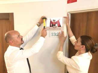 סוויטת נטע ברזילי. בצילום – זיו ארזואן מנהלת המלון והקב''ט ויקטור ארטופוק תולים את השלט על דלת הסוויטה
