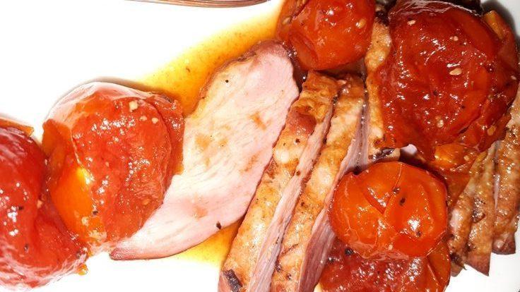 פרוסות מולארד עם מרמלדת עגבניות שרי עם נגיעות חריפות. צילום: טלי ברנר